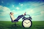 Junge Frau genießt die Vorteile von Zeiterfassung